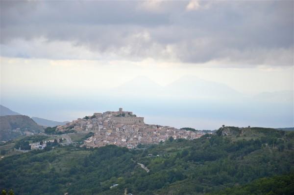 Montalbano Elicona e sullo sfondo le isole Eolie di costagar51