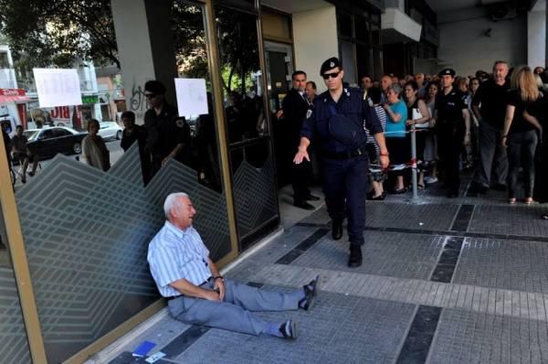 non ci sono commenti possibili per quest'immagine che mostra la disperazione di un pensionato greco di questo tempo di Crono