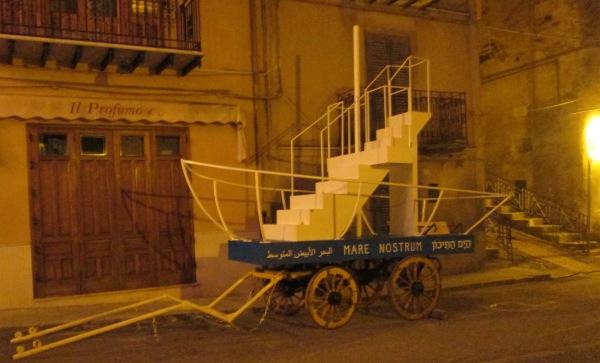Il carro realizzato da Salvatore Rizzuti: mare Mediterraneo che diventa barca di salvezza