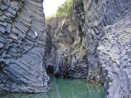 140314103438-gole-alcantara-interno-fiume